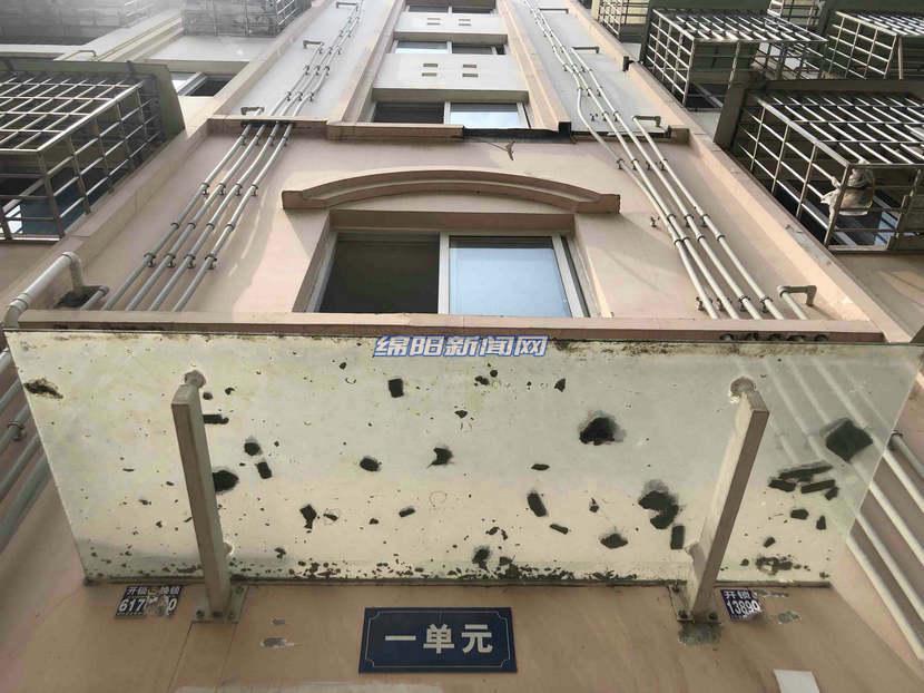 2019年4月,游仙区吴家小区楼外墙线条持续脱落2.jpg