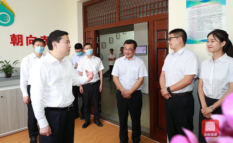 2021年9月9日 罗增斌在外国语学校看望老师(记者 赖杰 摄).jpg